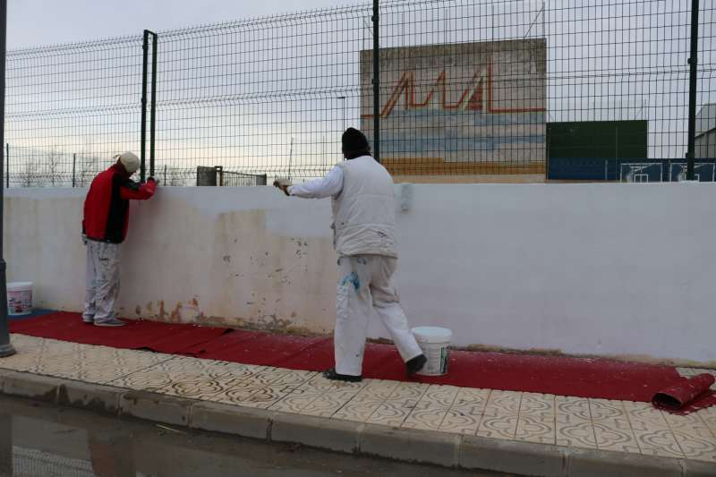 Trabajadores del consistorio de Peñíscola realizan obras de mantenimiento en el recinto deportivo.