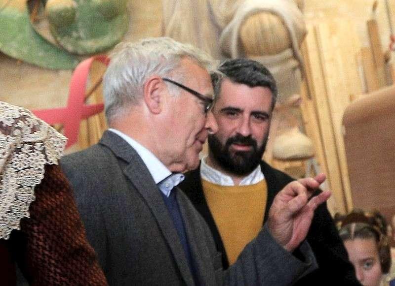 El alcalde de València, Joan Ribó (centro), conversa con el concejal de Cultura Festiva, Pere Fuset. EFE/Archivo