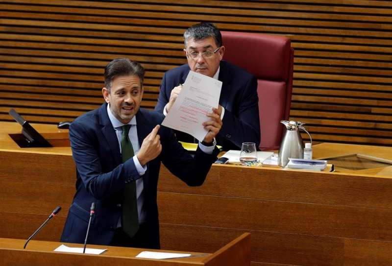 El diputado popular José Juan Zaplana defiende la propuesta de su partido, ante el pleno de Les Corts, de creación de una comisión de investigación sobre la aparición de ordenadores portátiles en la Conselleria de Sanidad. EFE/Manuel Bruque