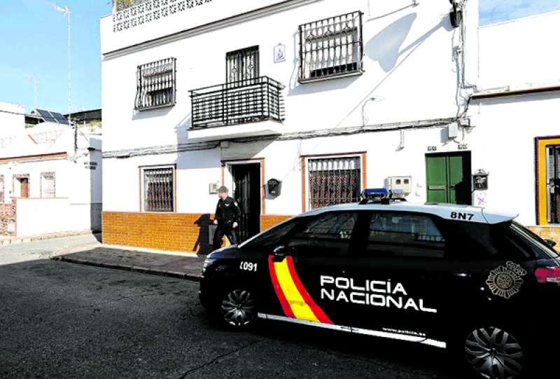 Un agente de la Policía Nacional sale de una vivienda