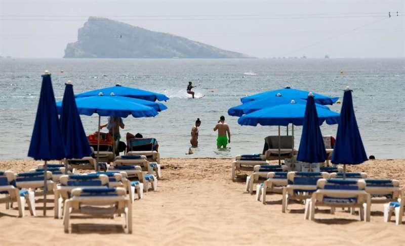 Inusual imagen de hamacas vacías en la playa de Benidorm (Alicante). EFE