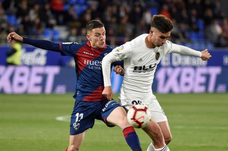 El delantero de la SD Huesca Alejandro Gallar (i) lucha con Ferrán Torres, del Valencia CF, durante el partido de de Liga de hace dos temporadas. EFE/Archiv