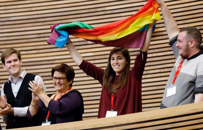 Invitados al pleno de Les Corts Valencianes que ha aprobado este miércoles la ley de igualdad de las personas LGTBI, que prohíbe las terapias de aversión para modificar la orientación sexual. EFE