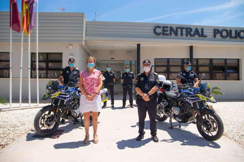 Concejala y policía con las nuevas motos