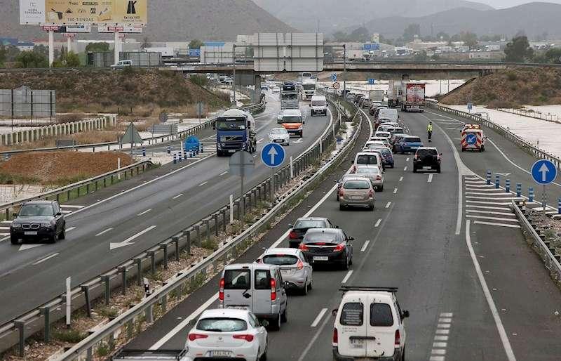 Imagen de unas retenciones de tráfico. EFE/Manuel Lorenzo/Archivo