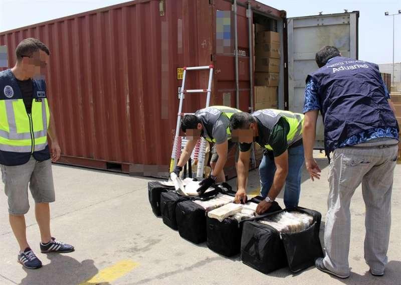 Agentes del Cuerpo Nacional de Policía, en colaboración con Vigilancia Aduanera de la Agencia Tributaria, intervienen un alijo de cocaína en el puerto de Valencia. EFE/Archivo