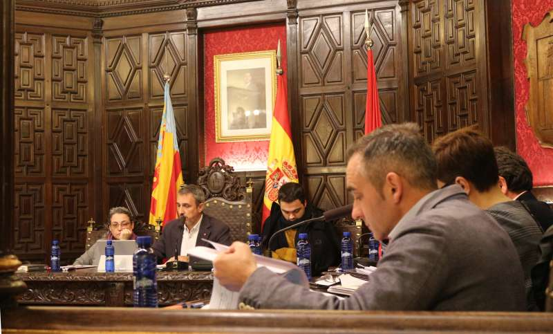 Miguel Barrachina interpelando al alcalde en pleno