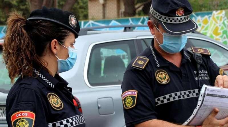 Dos agentes de la Policía Local de València en una imagen facilitada por el Ayuntamiento.