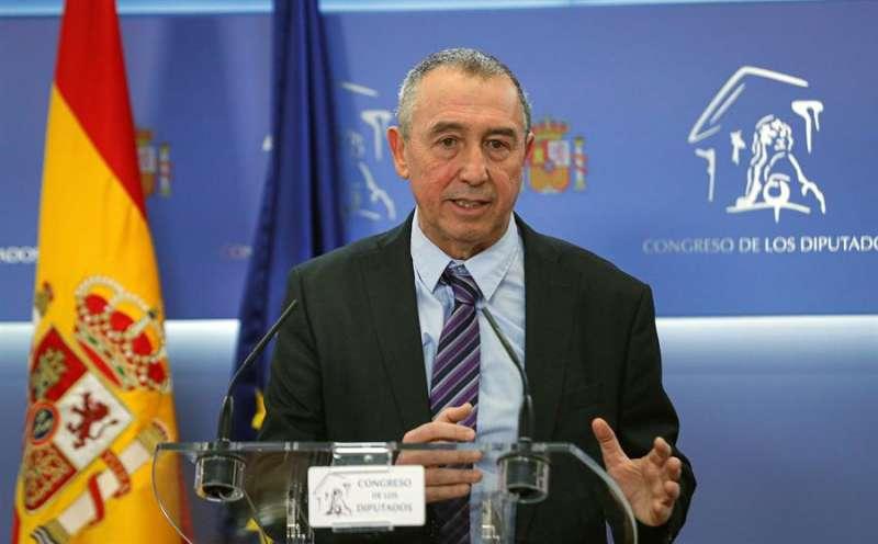 El diputado Joan Baldoví, de Més Compromís, durante la rueda de prensa ofrecida este martes en el Congreso, tras ser recibido por el rey Felipe VI. EFE