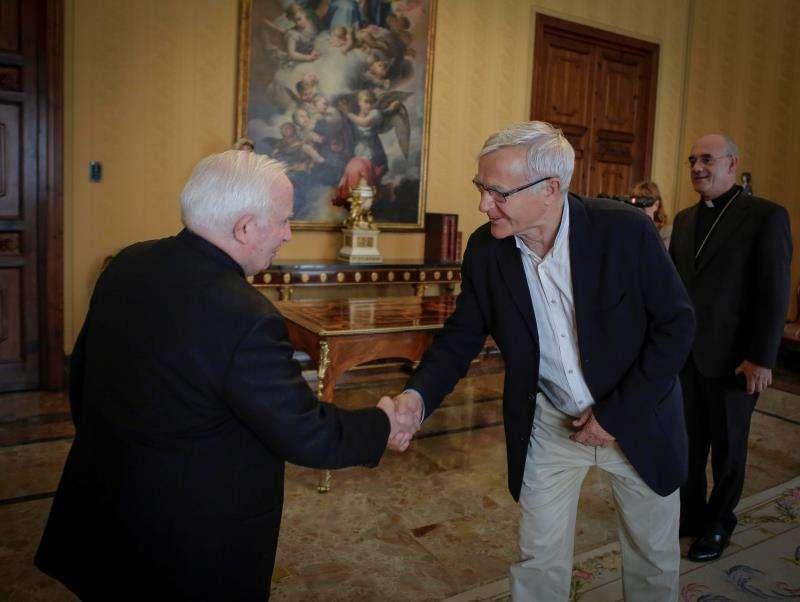 Fotografía cedida por el Ayuntamiento del alcalde de la ciudad, Joan Ribó, que ha sido recibido por el arzobispo de Valencia, Antonio Cañizares. EFE
