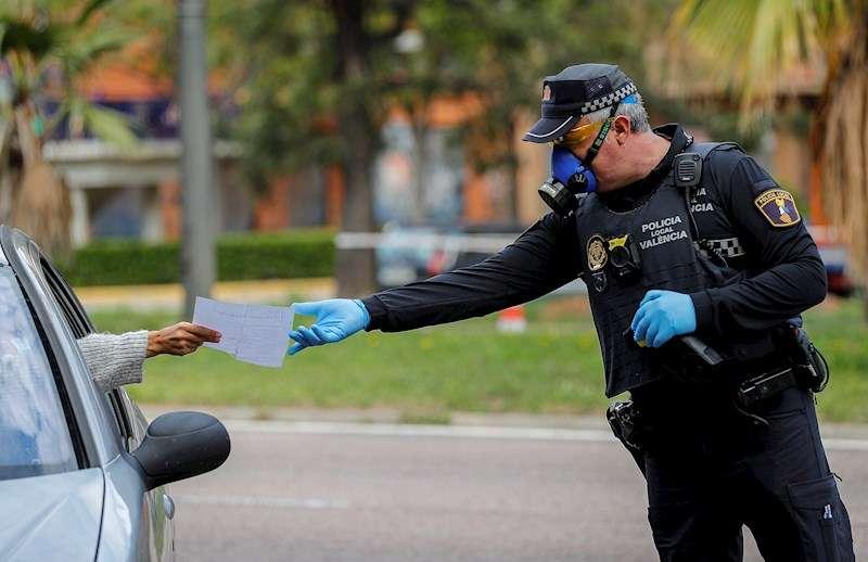 Una conductora muestra a un agente de la Policía Local, en un control realizado. EFE