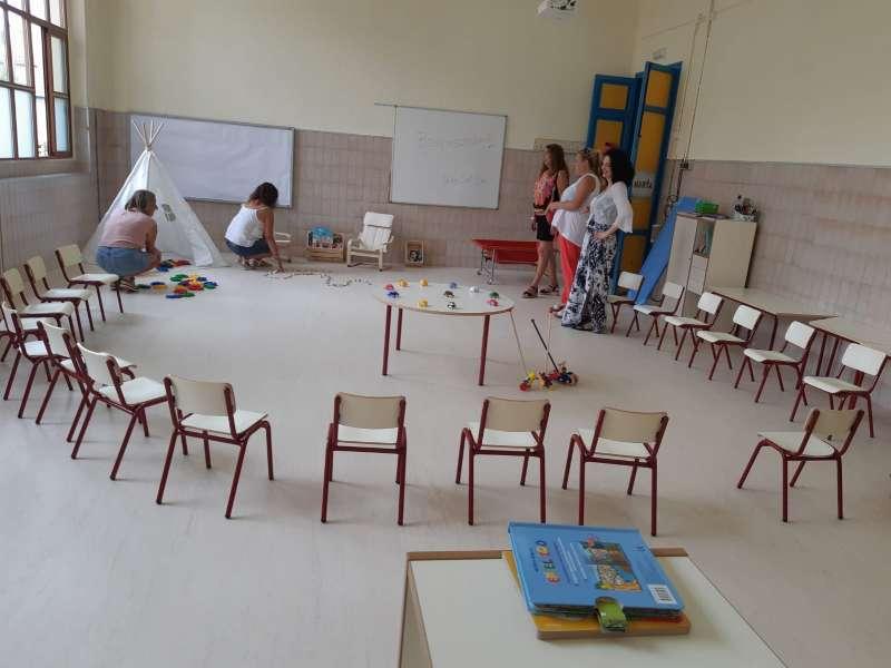 Unas profesoras con algunos alumnos en una clase. / EPDA