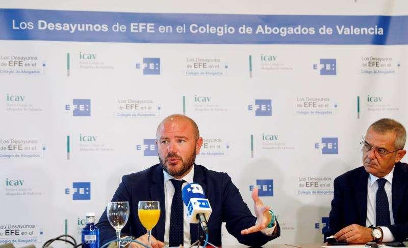 El presidente de la Diputación de Valencia, Toni Gaspar (i), junto al decano del Colegio de Abogados de Valencia, Rafael Bonmatí, durante los Desayunos de Efe en el Colegio de Abogados de Valencia. EFE