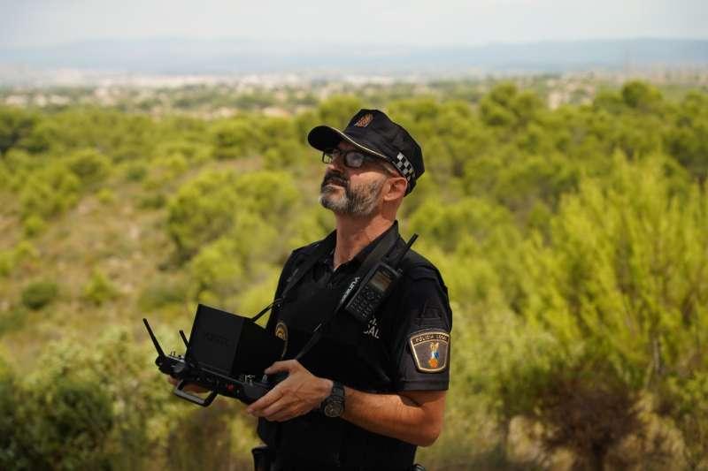 Un agente vigila con el dron