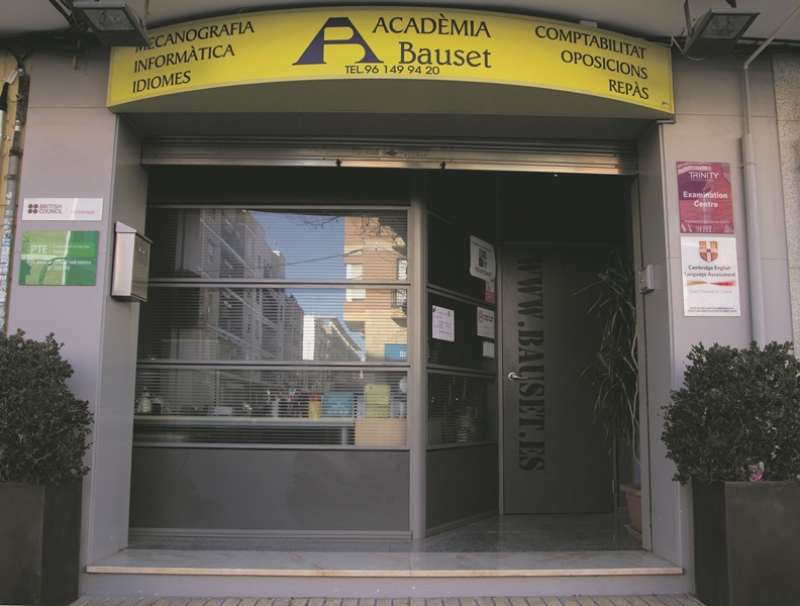 Puerta principal de la academia de Meliana. EPDA