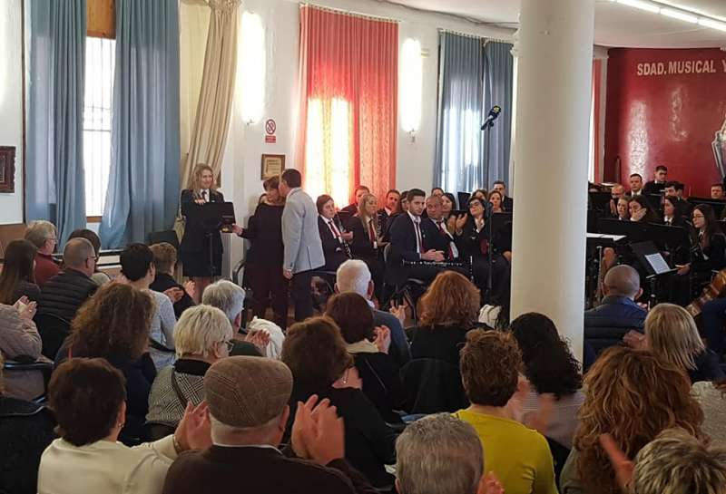 El alcalde entregó la medalla de oro a su viuda