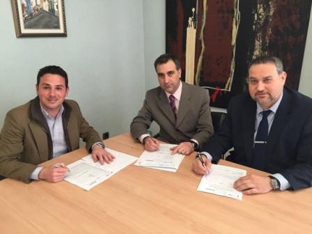 El alcalde de Bonrepòs i Mirambell junto al director de la sucursal de Cajamar y el responsable de área de la entidad. EPDA