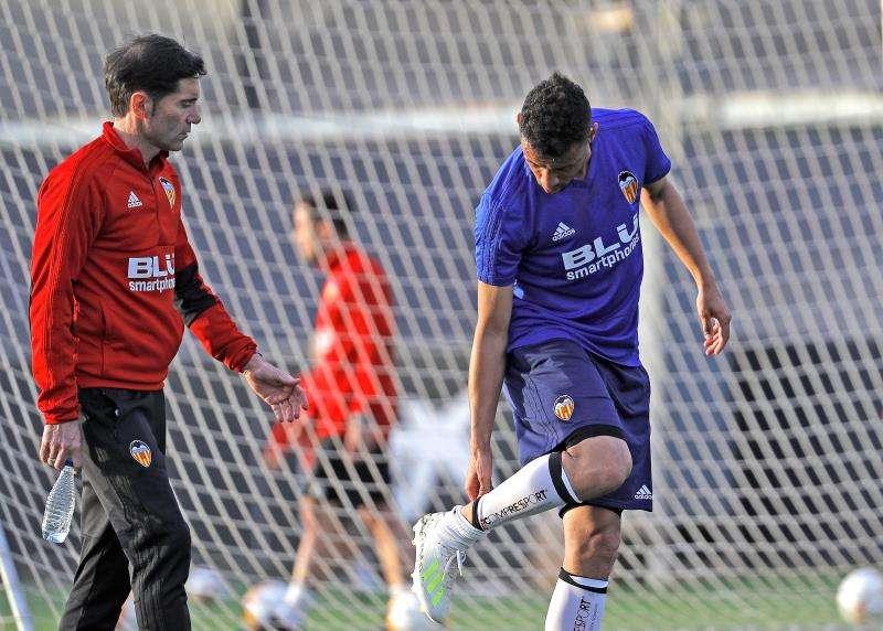 El técnico del Valencia CF, Marcelino García Toral, se interesa por el centrocampista francés Francis Coquelin, en un entrenamiento. EFE