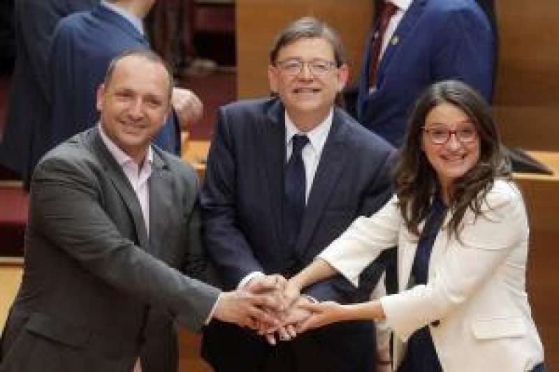 Dalmau, Puig y Oltra uniendo sus manos. EFE