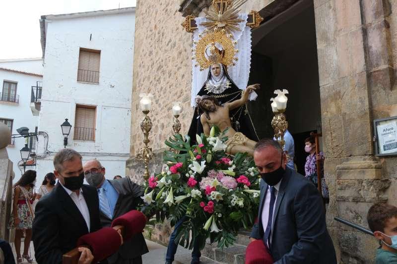Ntra. Sra. de los Dolores saliendo por la puerta de la iglesia