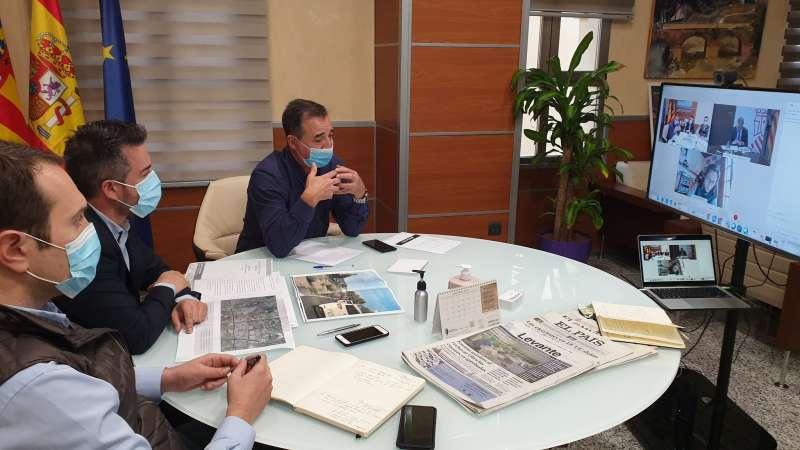 Reunión telemática de los tres alcaldes con el conseller. / EPDA