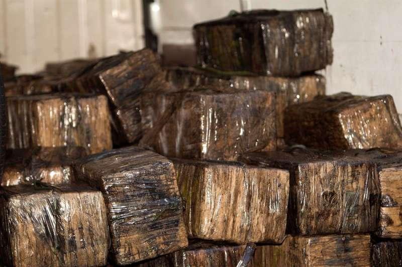 Los 3.000 kilogramos de cocaína que portaba el narcosubmarino localizado en la Ría de Aldán, en Pontevedra. EFE/Salvador Sas