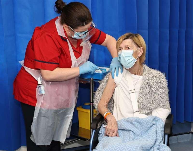 Una mujer es vacuna contra la covid-19 en el hospital St James