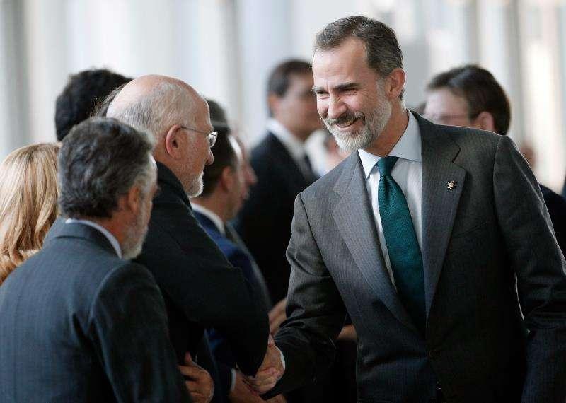 El Rey Felipe VI saluda al presiente de Mercadona, Juan Roig, durante la inauguración del XXI Congreso Nacional de la Empresa Familiar. EFE