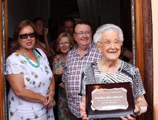 Elvira Ros Chulvi, junto a su familia, recibe la placa conmemorativa. FOTO: EPDA