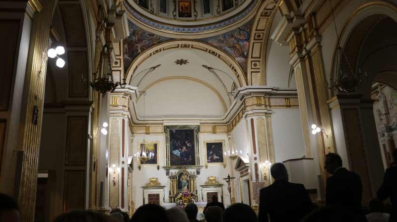 Una pintura de los Santos Reyes preside el presbiterio