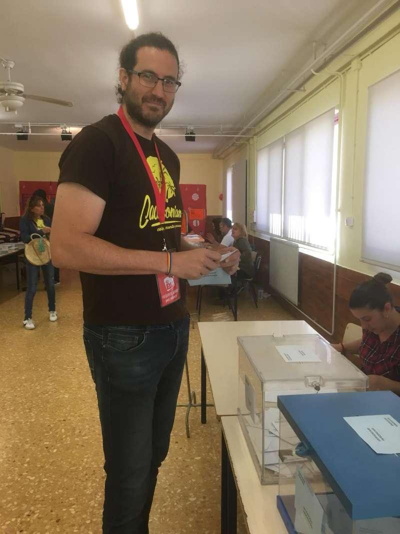 El candidato de EUPV de Sagunt votando. EPDA