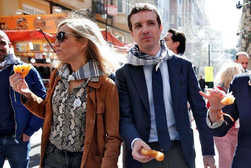 Pablo Casado con su mujer, en València. EFE