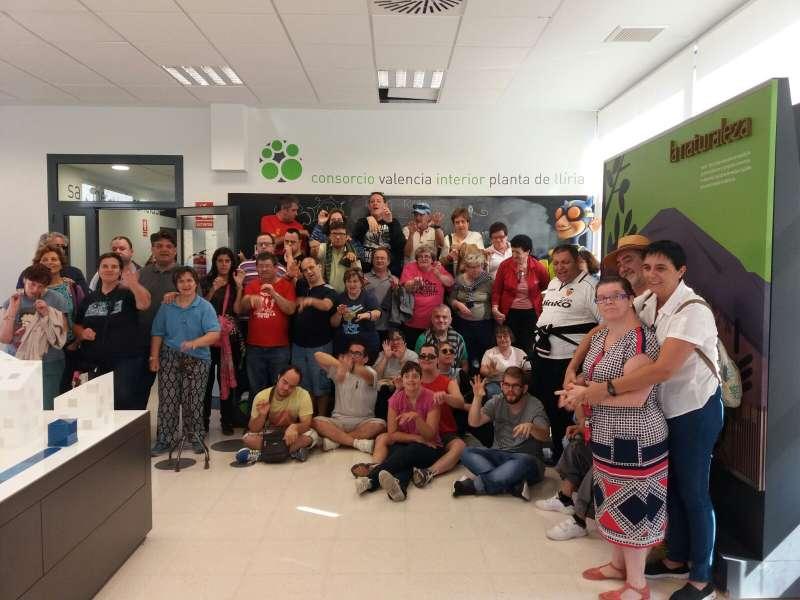 Los integrantes del Centro Ocupacional de Riba-Roja durante su visita al CVI. //EPDA