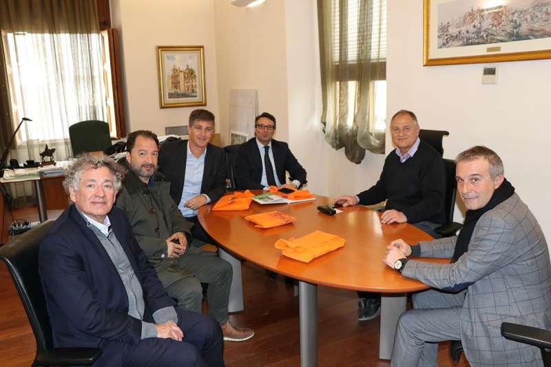 El alcalde de Llíria se reúne con los propietarios de la empresa AOM que también se instalará en Carrasses