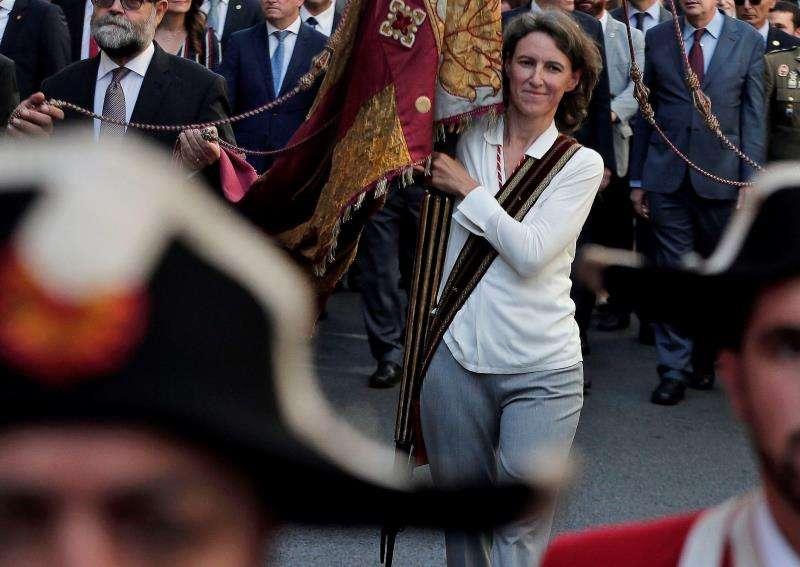 La concejal de ValC María Oliver, portando la Senyera EN 2007. EFE/Archivo