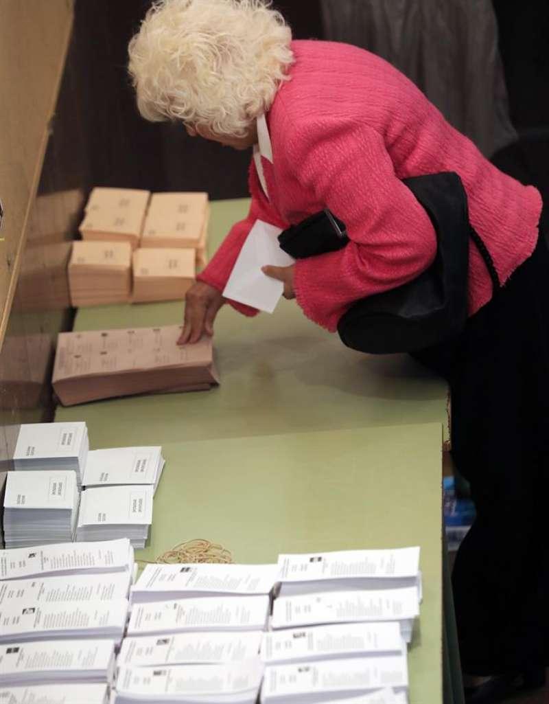 Una señora votando, no es Carmena. EFE/Ana Escobar