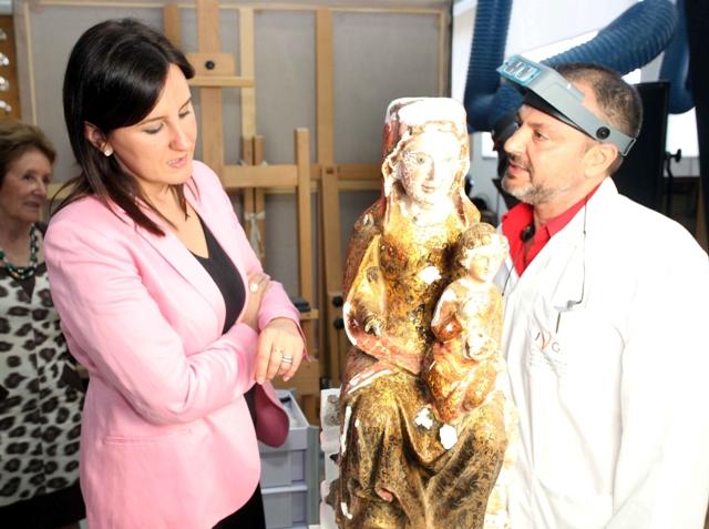 Català visita los trabajos de restauración, que devolverán todo su esplendor a la escultura. FOTO: GVA