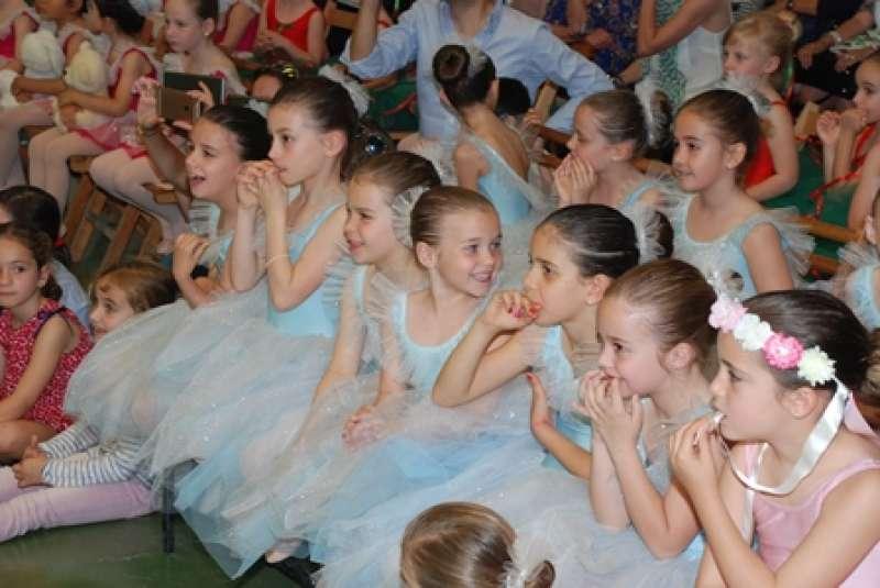 Alumnas del centro educativo vestidas para las activades. EPDA
