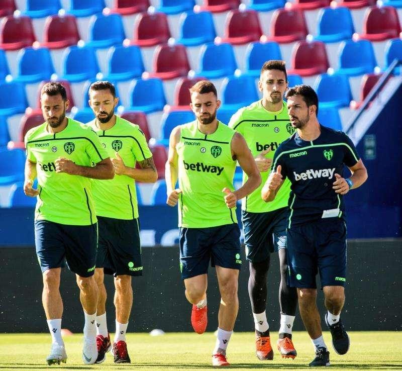 La plantilla del Levante UD ejercitándose sobre el césped del Ciutat de València, en una imagen difundida en redes sociales por el club. EFE