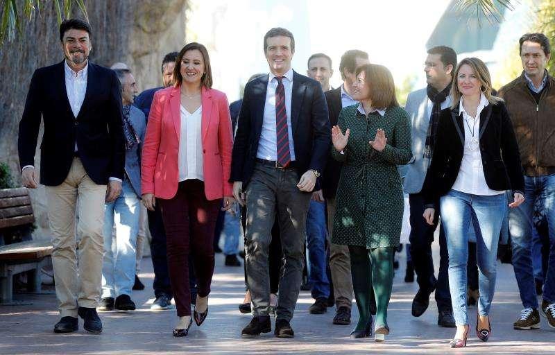 El presidente del PP, Pablo Casado, la candidata a la Generalitat Valenciana, Isabel Bonig (2ª d), la candidata del PP a la alcaldía de Valencia, María José Català (2, ª i), la de Castellón, Begoña Carrasco, y el de Alicante, Luis Barcala, en el acto de este sábado en el Oceanografic.EFE