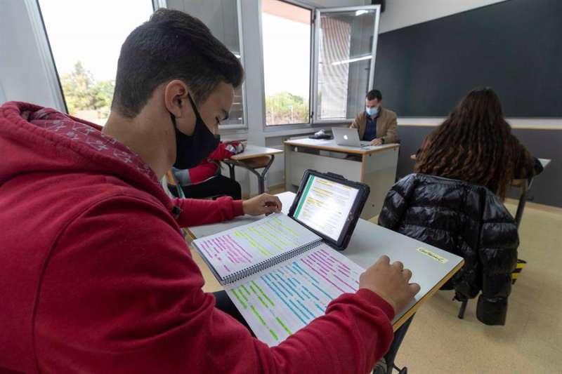 Un alumno de secundaria utiliza una tablet en clase. EFE/Archivo