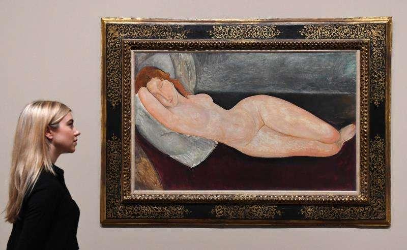Una mujer observa una obra del artista italiano Amedeo Modigliani en el Tate Modern en Londres (Reino Unido). EFE/Archivo