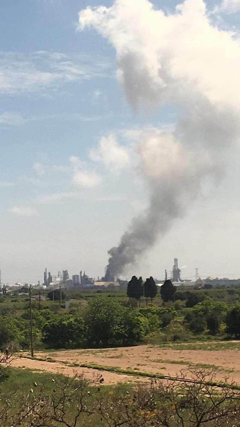 Una imagen de la columna de humo, facilitada por el Ayuntamiento de Alamssora. EFE