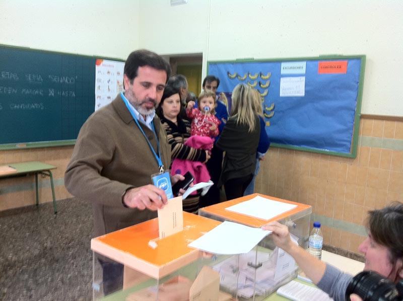 Alfredo Castelló alcalde de Sagunto en el momento de votar el 20N. FOTO EPDA