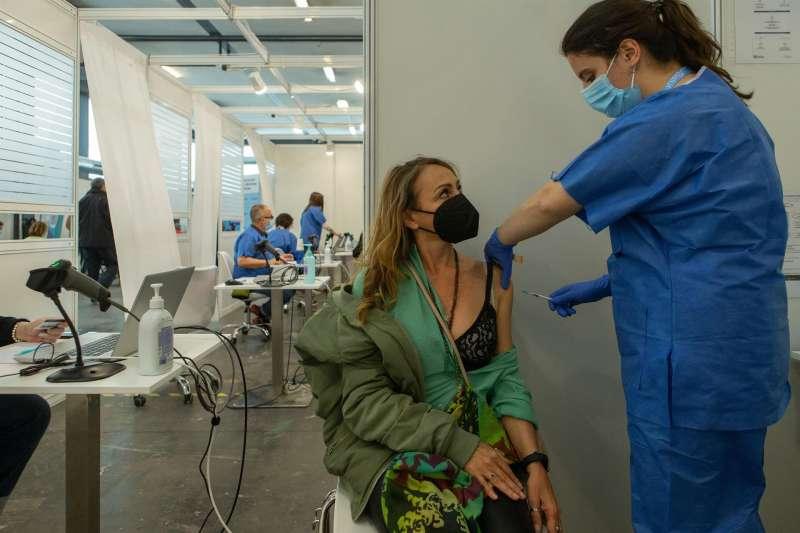 Una enfermera vacuna a una mujer. EFE/Archivo