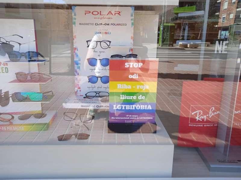 Anuncio de apoyo al colectivo LGTB en una tienda de Riba-roja. EPDA.