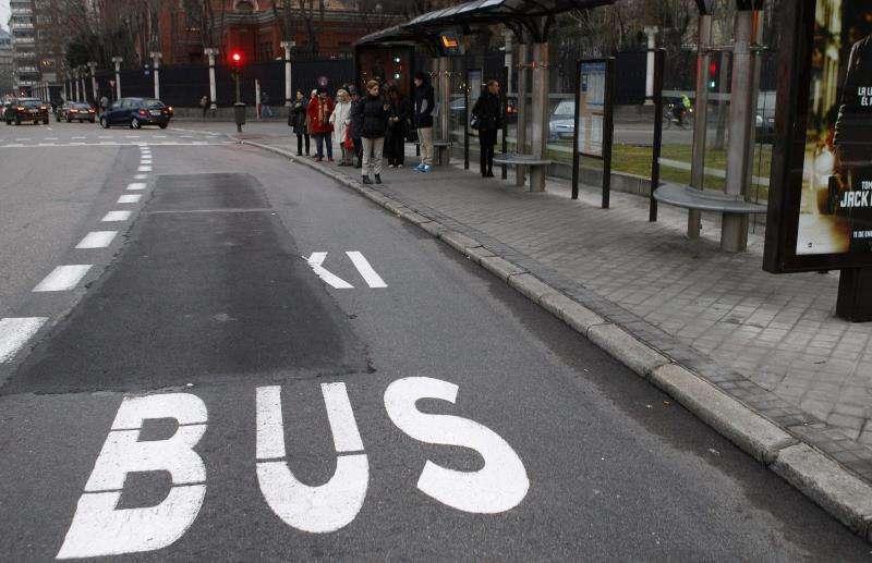 Varias personas esperan el autobús en una parada. EFE/Archivo
