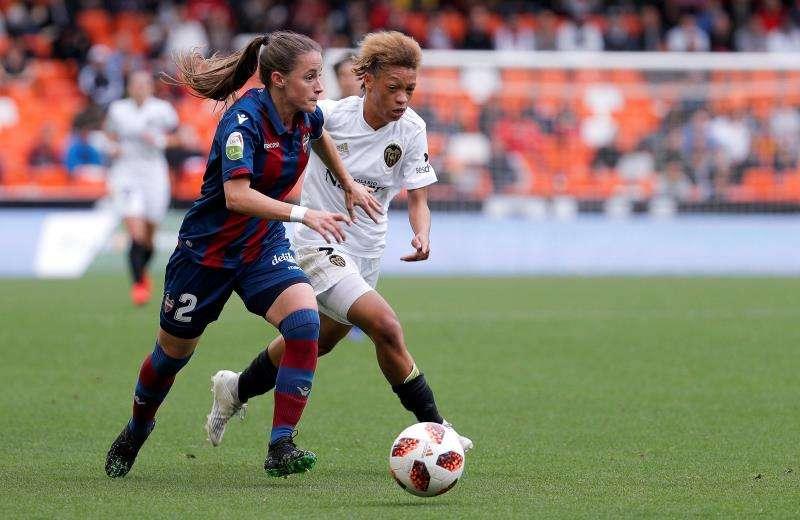 La defensa del Levante UD, Ona Batlle (d), disputa un balón con la delantera del Valencia CF, Zenatha Goeieman Coleman. EFE