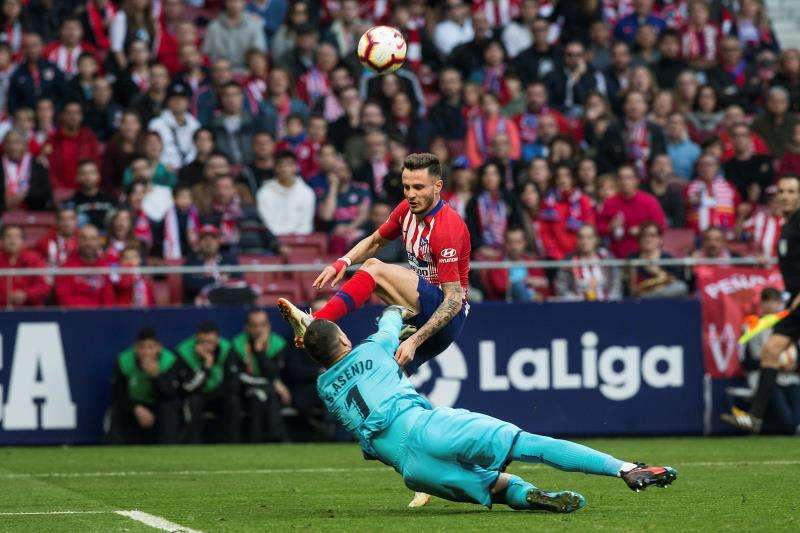 El centrocampista del Atlético de Madrid Saúl Ñíguez (d) supera al portero del Villarreal Sergio Asenjo en el segundo gol de su equipo. EFE