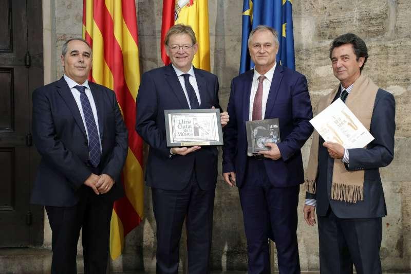 Puig con el alcaldes y los presidentes de las bandas de música de Llíria. / EPDA